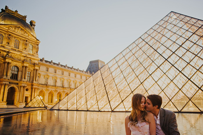 Couple kissing at the Louvre - Paris wedding photographer