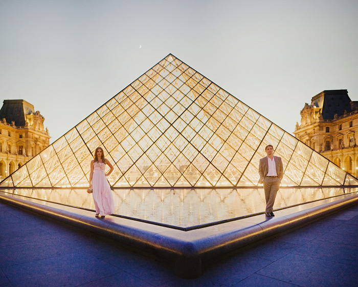 Paris wedding photographer - Lovers at the Louvre