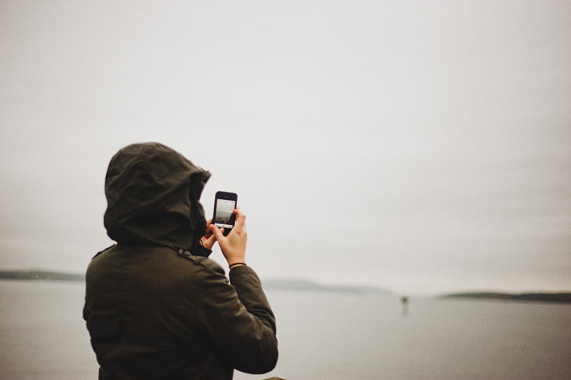 Portland Lifestyle Photographer - San Juan Island Vacation - Colleen instagramming from Lopez Village, WA