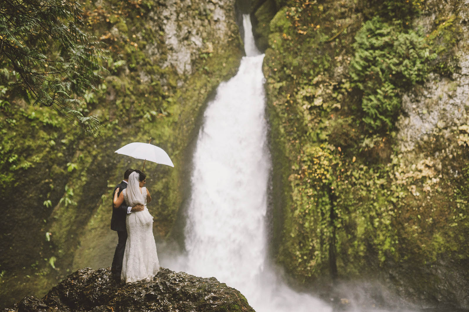 Portrait of Bride and Groom with umbrella | Wahclella Falls Elopement