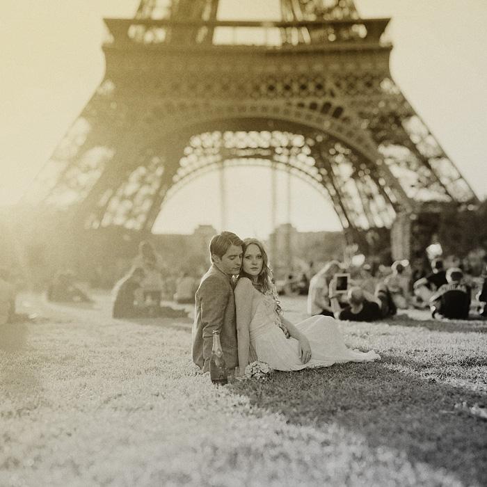 Paris wedding photographer - Newlyweds under the Eiffel Tower